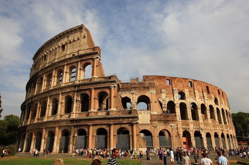 Monument Extraordinaire Qui Accueillait Les Combats De Gladiateurs Autrefois Le Colisee Remonte A Lan 72 Lamphitheatre Flavien Cest Aussi Comme Ca