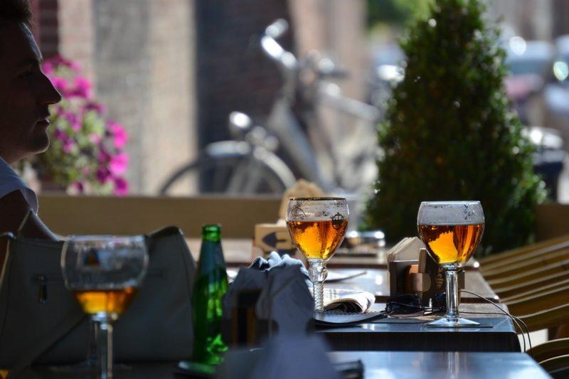 Boire de la bière à Bruges