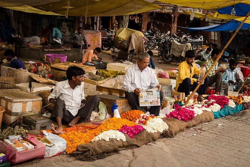 Vendeurs de fleurs, marché de Jaipur
