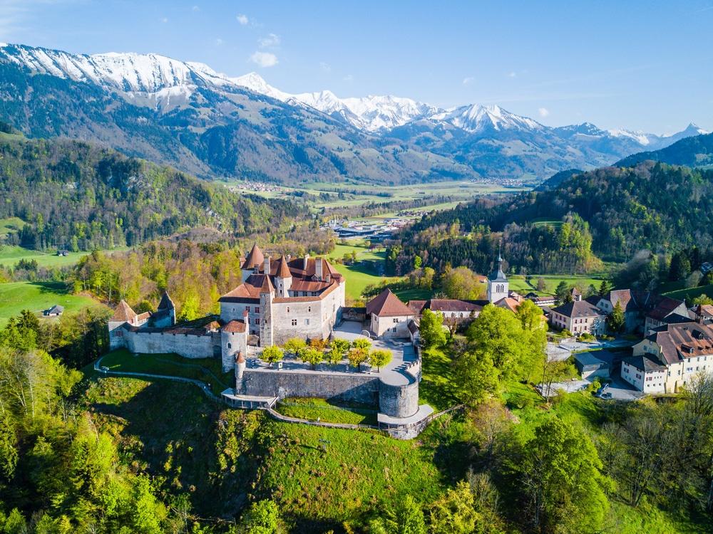 Vue aérienne de la ville médiévale de Gruyeres, célèbre château de Gruyeres, canton de Fribourg, Suisse, fond d'Écran nature