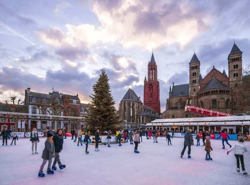 Patinoire et marché de Noël à Maastricht, Hollande