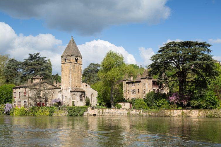 Printemps dans le 9e arrondissement de Lyon : l'île verte Ile Barbe dans la Saône.