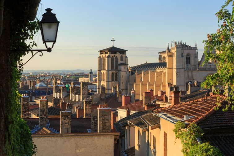 Toits et cathédrale Saint Jean Baptiste dans le Vieux Lyon, la vieille ville de Lyon.