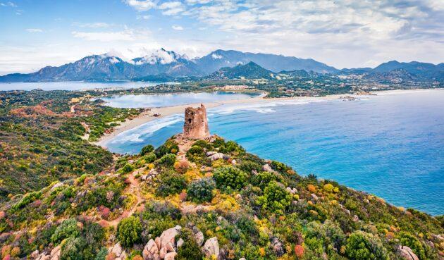 Location de bateau en Sardaigne : idées d'itinéraires en catamaran ou voilier