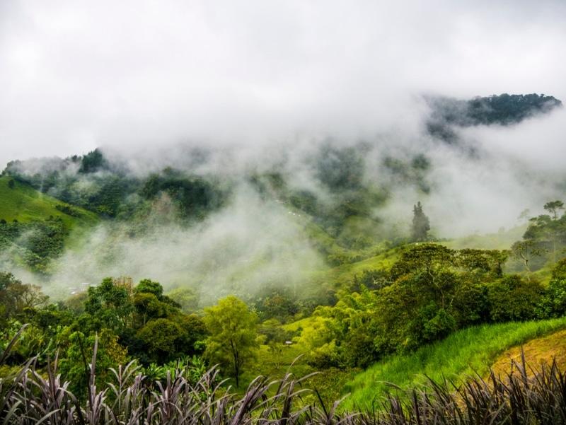 Colombie, montagnes et brouillard à Jardín