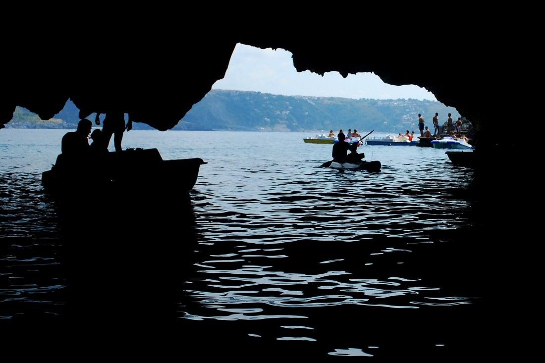 Ile Dino, Grotte, Italie