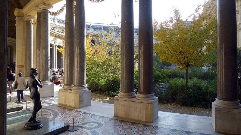 Petit Palais à paris. Colonnes parc