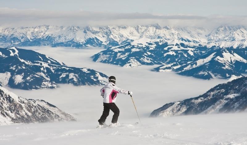 Pratiquer le hors piste en Autriche avec une vue sur les Alpes enneigées