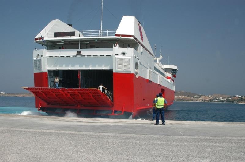 Se déplacer à Paros en Grèce : sortie de ferry rapide
