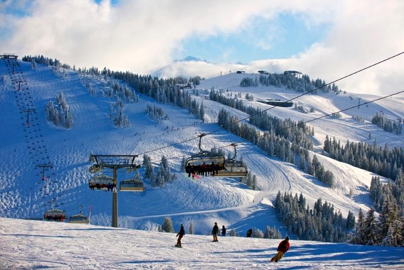 Téléphérique siège montagnes en Autriche pour le ski
