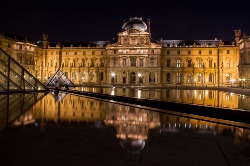 Vue du Louvre de nuit  à Paris