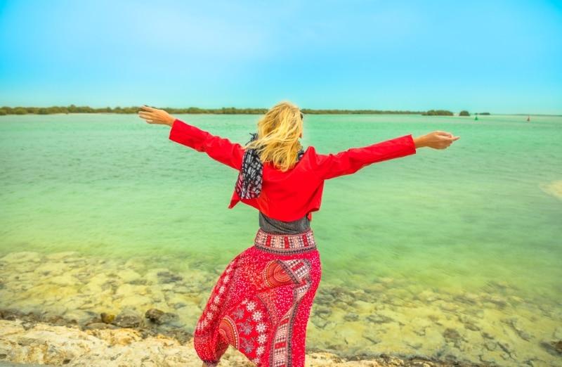 Al Thakira mangrove femme blonde qatar