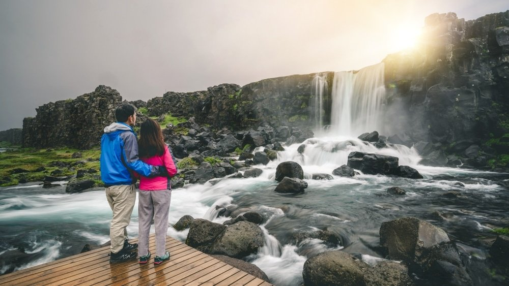 cascade thingvellir islande couple