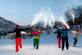 Groupe de jeunes gens jour de l an station de ski