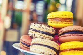 la gastronomie à Paris macarons colores