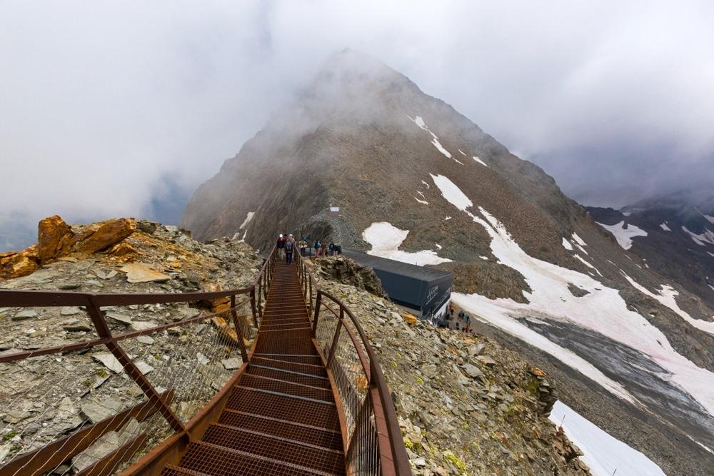 le sentier de stubai en autriche avec une vue vertigineuse sur un escalier