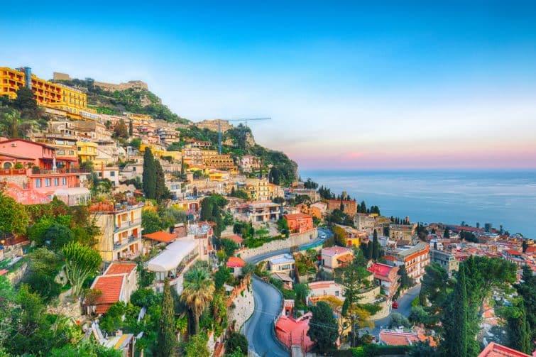 Vue sur Taormina au coucher de soleil