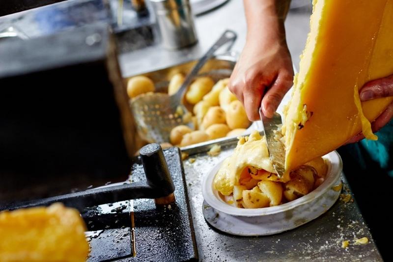 marché d'Annecy manger raclette