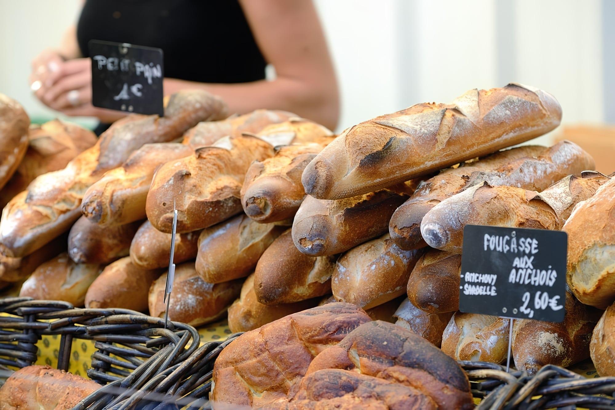 marchés de france - vente de pains et fougasses