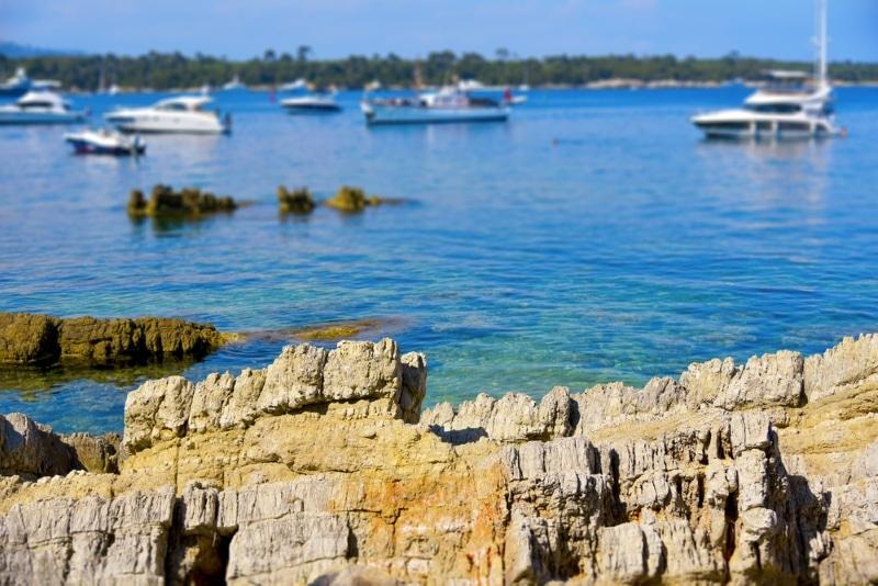 mer bleu et yachts iles de lerins