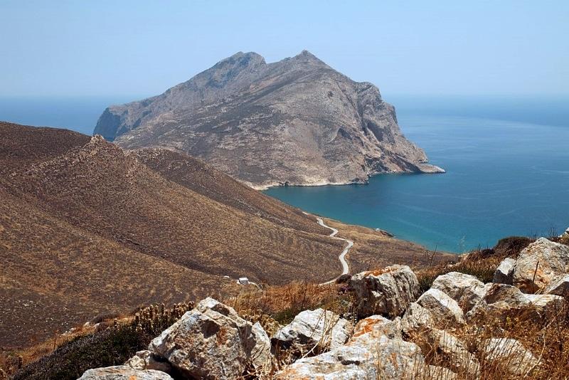 mont kalamos et grotte drakontospilo sur anafi