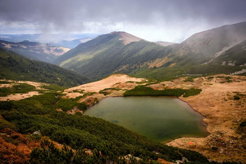montagnes en roumanie traverser le mont rodna