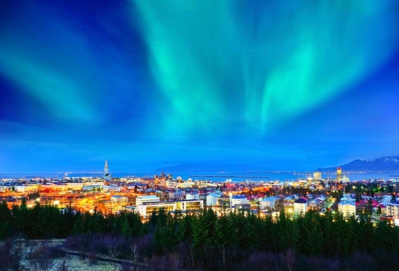nouvel an 2020 a reykjavik sous les aurores boréales