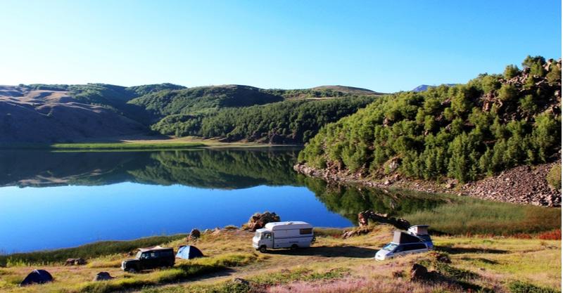 Camping car au bord d'un lac en Turquie