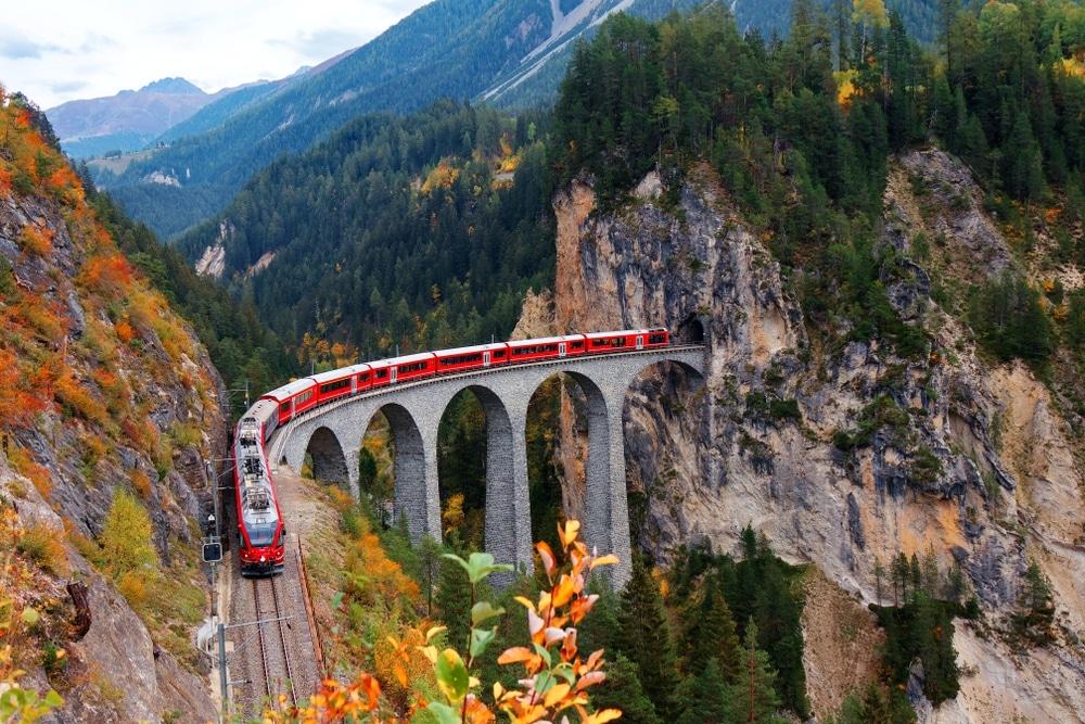 Viaduc train dans les alpes en automne