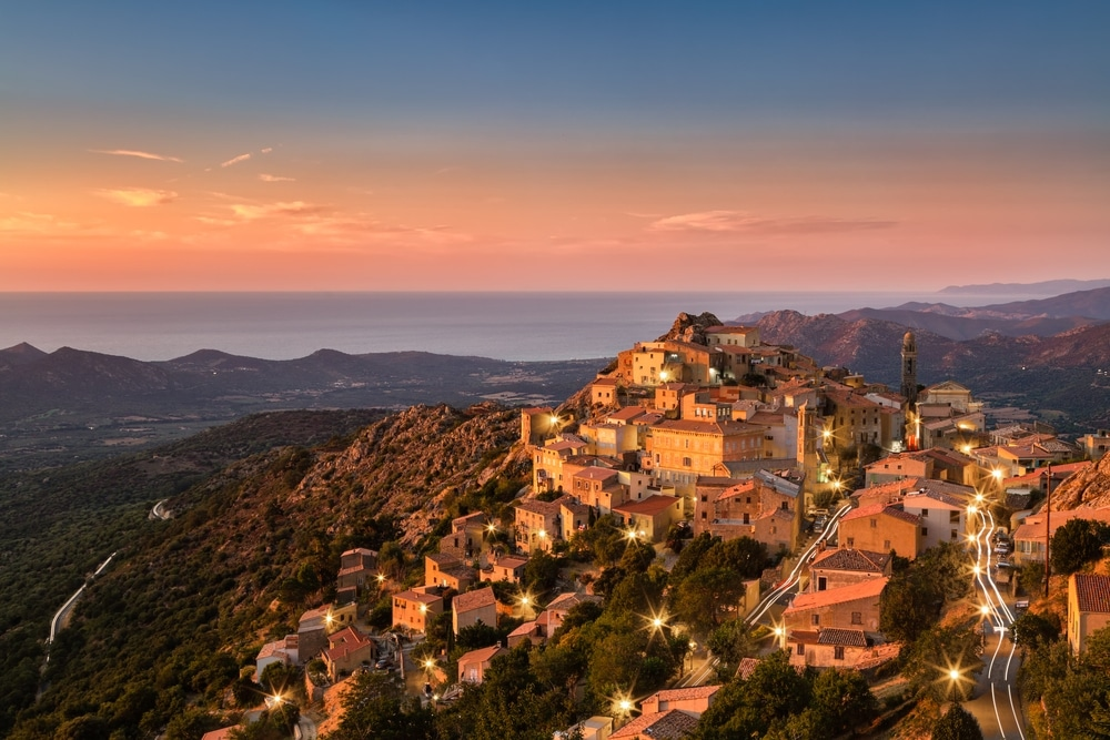 village Corse au coucher du soleil : le meilleur spot de randonnée de France
