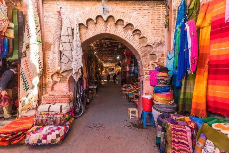 visiter les souks de marrakech tissus colores