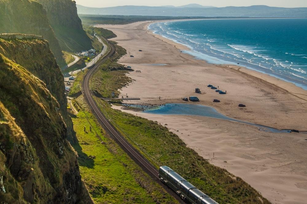voyager en train en irlande bord de mer