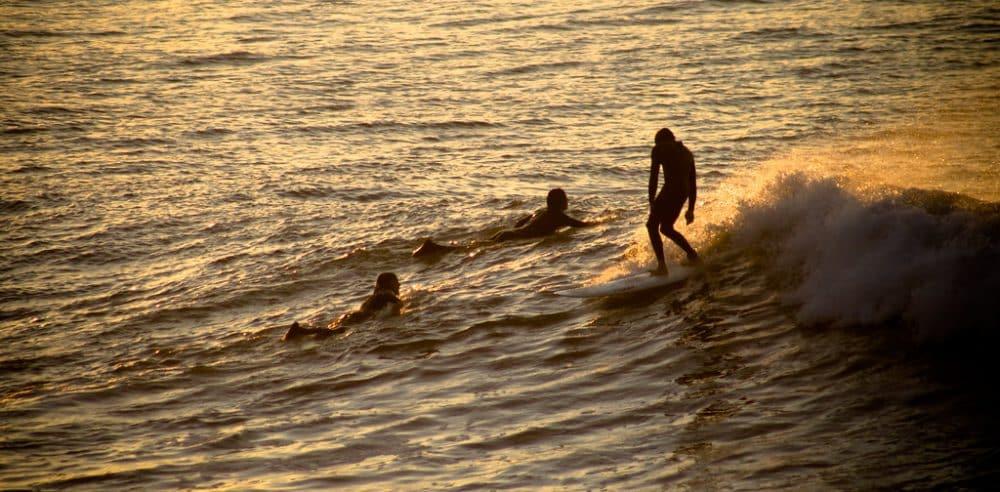 Surfeurs à Lafiténia, coucher de soleil