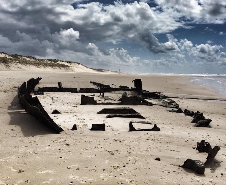 Epave de bateau, plage l'Alexandre, Lacanau