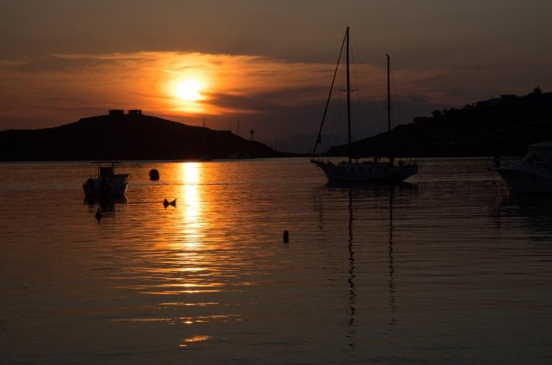 baie vourkari ile de kea coucher de soleil