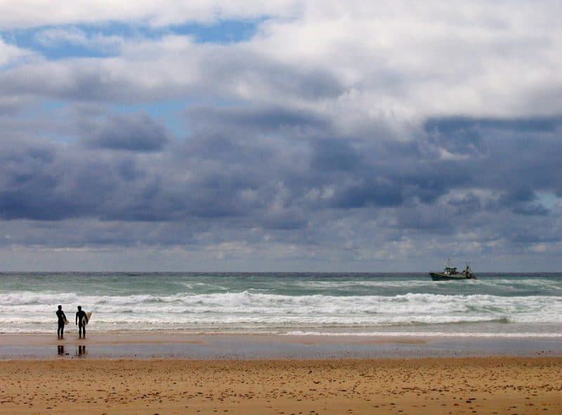 Surfeurs sur la plage de la Centrale à Lacanau