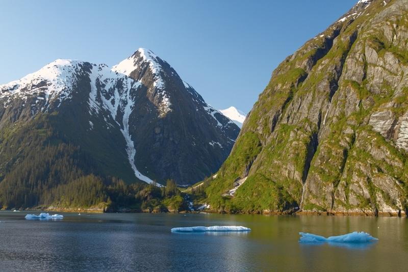 fjord en alaska montagnes et eau