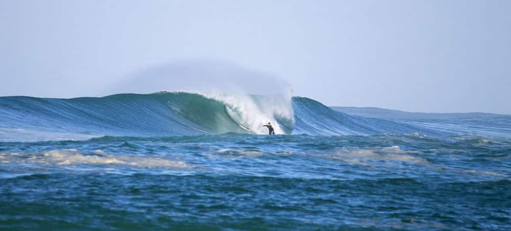 Surfeur à la gravière dans les Landes