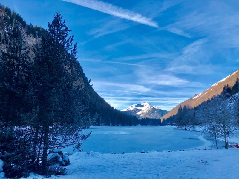 lac de montriond sous la neige plongée glace dans les alpes
