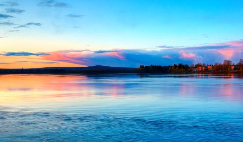 loger en finlande vers le village du pere noel auprès lac