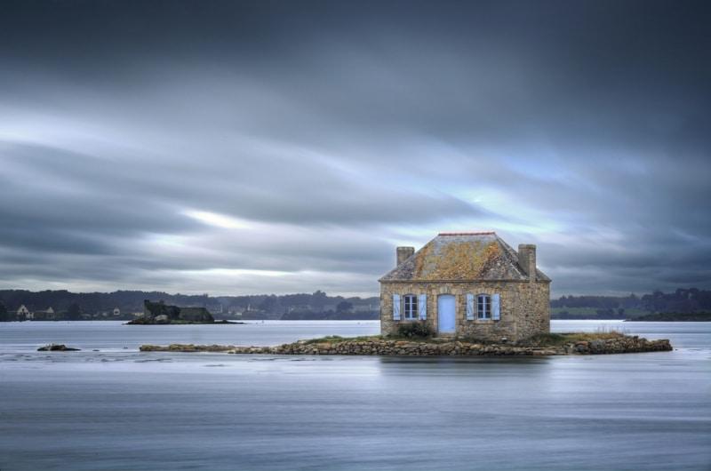 maison isolee au milieu de la mer en bretagne