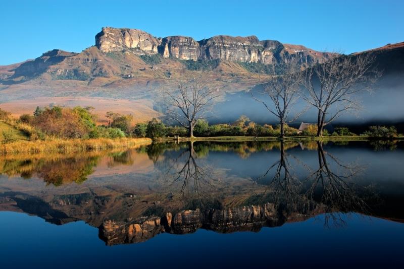 montagnes et lac afrique du sud hiver au soleil