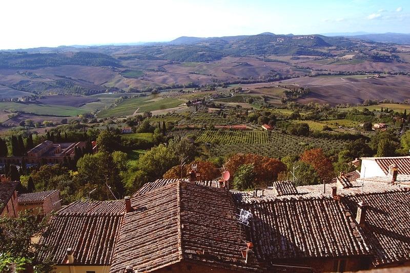 montepulciano village au milieu des vignes toscane