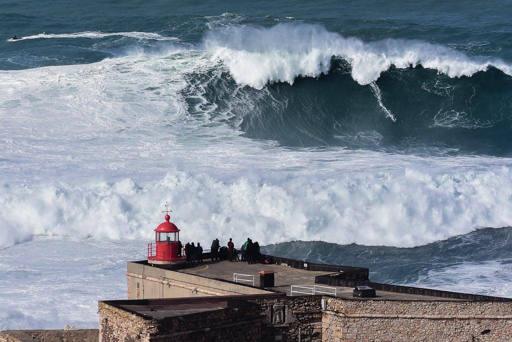 Surfeurs face aux vagues, Nazaré