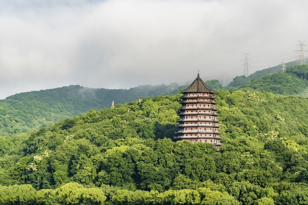 pagode des 6 harmonies en chine foret tropicale