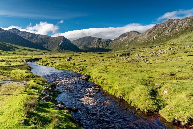 paysages verdoyants et riviere du connemara