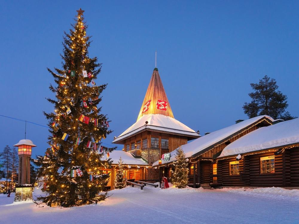 Sapin de noël et chalet à Rovaniemi