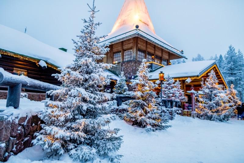 rovaniemi sapins et village pere noel neige
