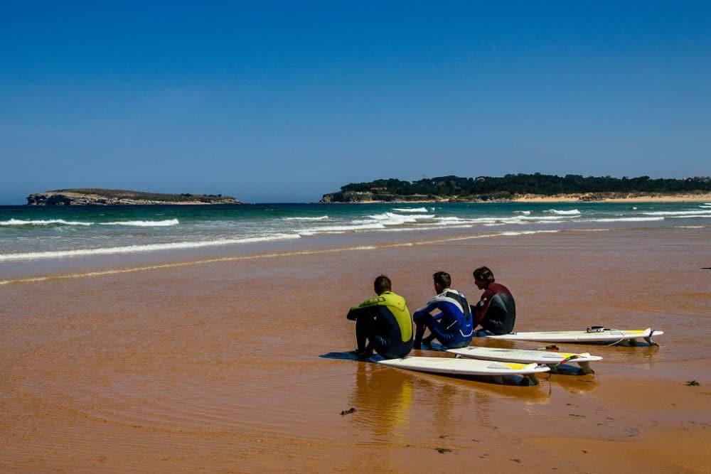 surfeurs à somo beach, espagne