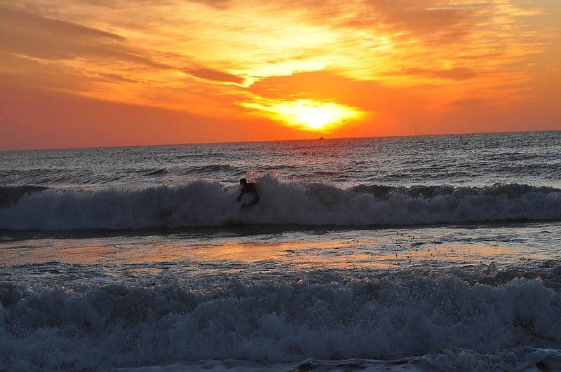 Surfeur et coucher de soleil Marseille